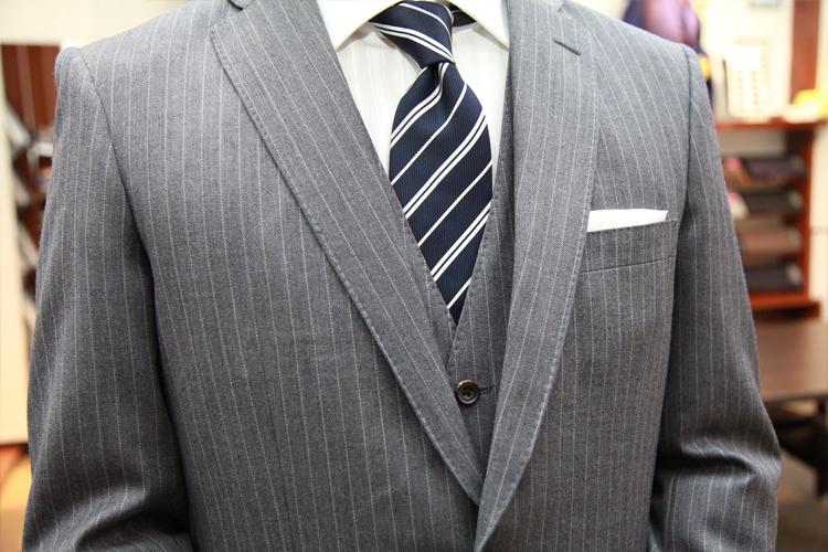 スーツの衿のV字