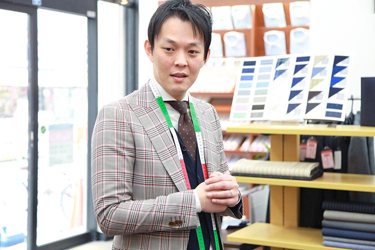 まずは、商品の受け渡しまでの流れと接客時のポイントについて、榮岩さんに伺いました
