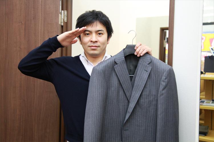 スーツを手に試着室に向かう植田